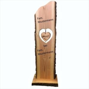 Holzstele Willkommen mit Herz und Familienname