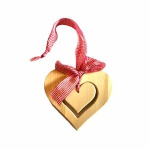 Zirbenherz zum Hängen mit Karoband in Rot für eine gelungene Fensterdekoration jetzt online kaufen im Dekoshop von Allgaier-Allerlei®