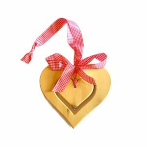 Zirbenherz zum Hängen mit Karoband in Rosa für eine gelungene Fensterdekoration jetzt online kaufen im Dekoshop von Allgaier-Allerlei®