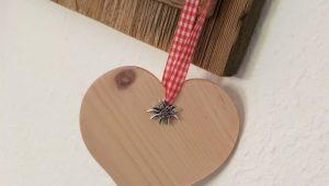 Herz aus Zirbenholz mit Edelweiß und Karoband in Rot | Allgaier-Allerlei
